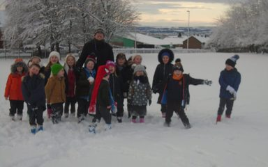 Y1 have fun in the snow